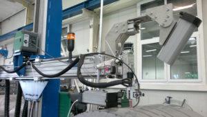 U svařovacího hořáku jsou umístěné dvě sledovací kamery. První kamera sleduje spáru před svařovacím obloukem, aby mohla obsluha provádět drobné stranové korekce svařovacího hořáku. Druhá kamera pak sleduje výstupní svar ze svařovacího oblouku, aby bylo možné sledovat kvalitu svaru při samotném svařování.