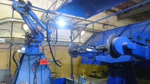 Není výjimkou, kdy je robot vybaven pro dvě metody svařování. Na obrázku je robot svařující na pětiosém polohovadle WESTAX metodami MIG/MAG a TIG. Výměna svařovacích hořáků je vtomto případě plně automatizovaná.